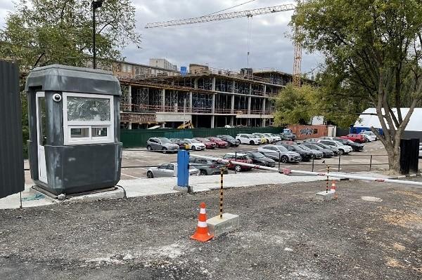 Возле станции метро «Арсенальная» строят два паркинга