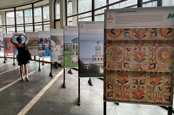 В столичной подземке открылась выставка об уникальной архитектуре Киева