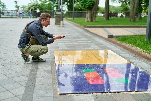 В центре Киева запустили пешеходный AR-маршрут уголками Швеции