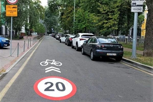 В центре Киева обустроили общую дорогу для велосипедов и мотоциклов