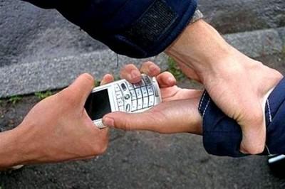 В Киеве мужчина с пистолетом отнимал у школьников мобильные телефоны