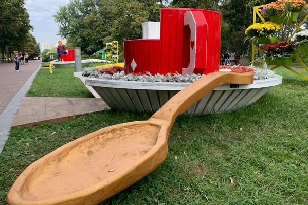 В парке «Победа» установили гигантские чашки с ложками