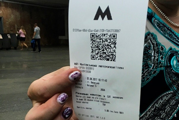 В столичных троллейбусах и автобусах отменят бумажные билеты