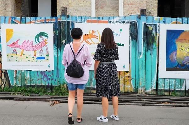 «Карантинные картины» появились на заборе Гостиного двора