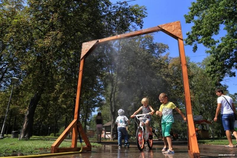 В столичных парках работают охладительные рамки