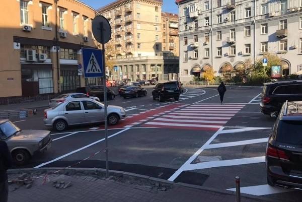 На Бессарабке обустраивают велополосы с бордюрами от машин