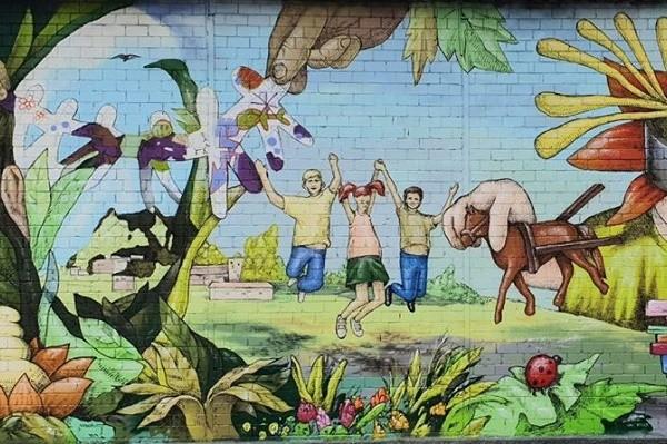 В Киеве появился яркий мурал с портретом знаменитого врача