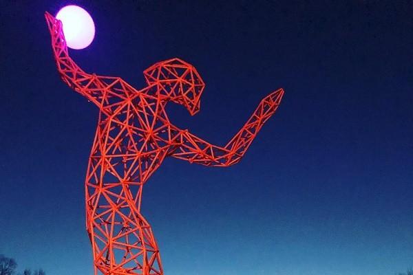 Лунный волейбол: в столице появилась уникальная скульптура