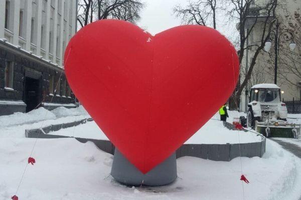 Домик любви и сердце-гигант: улицу Банковую украсили ко Дню влюбленных