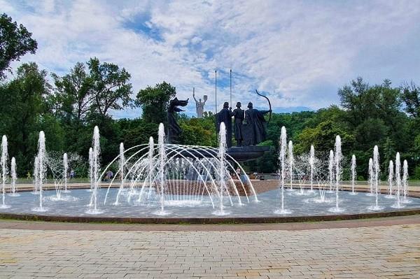 Фонтан возле памятника основателям Киева обновят