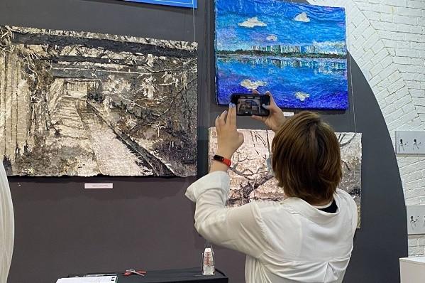 Выставку картин из расплавленного пластика открыли в киевском музее