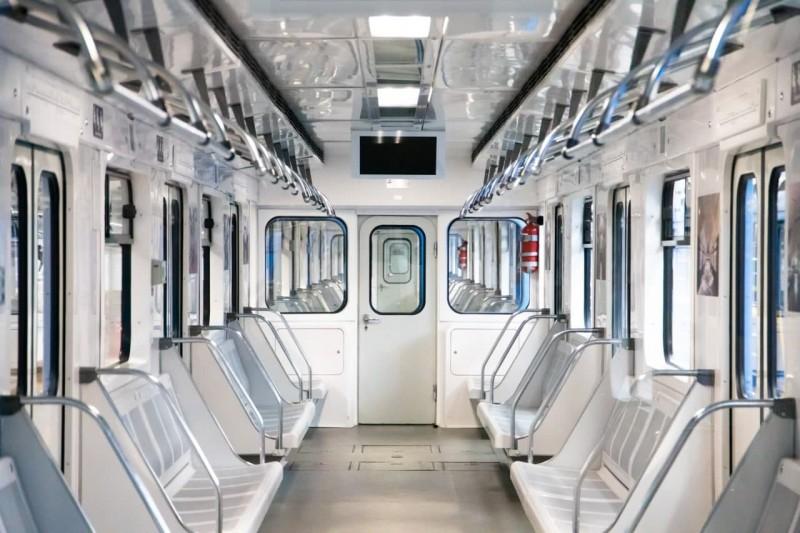 В подземке Киева появился новый поезд с электронной схемой внутри