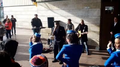 Вахтанг Кикабидзе спел с уличными музыкантами в Киеве возле метро