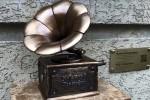 В Киеве установили скульптурку граммофона