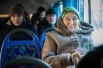 В Деснянском районе молодёжь раздавала пенсионерам еду