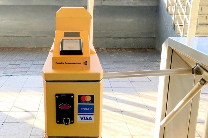 На станциях киевской электрички установили турникеты для оплаты смартфоном