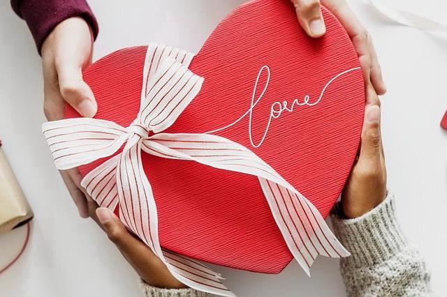 Подарок на годовщину: дарить ли украшения?