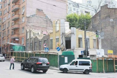 Строительный скандал: в Шевченковском районе сносят столетний дом