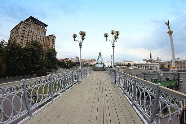 Мост на аллее Героев Небесной Сотни закрыли на 3 месяца