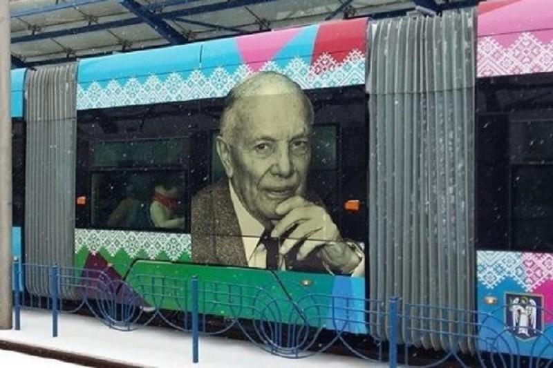 В Киеве курсируют трамваи с изображениями известных украинцев