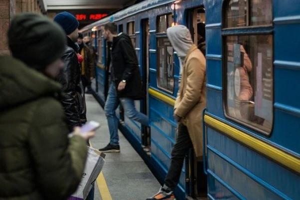 Опрятными и без громкой музыки: в метро Киева вводят новые правила для пассажиров
