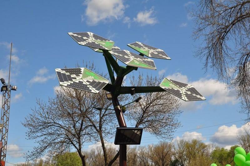 В парке «Муромец» презентовали первое в Украине автономно-энергетическое дерево