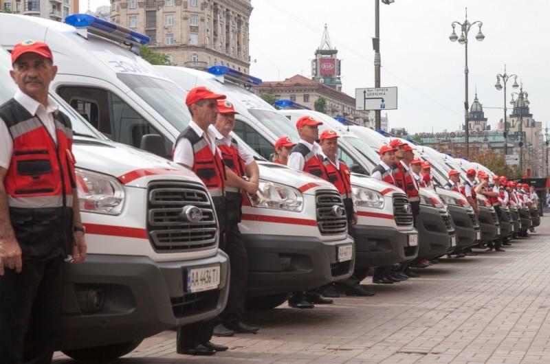 Киевским медикам передали 25 современных автомобилей скорой помощи