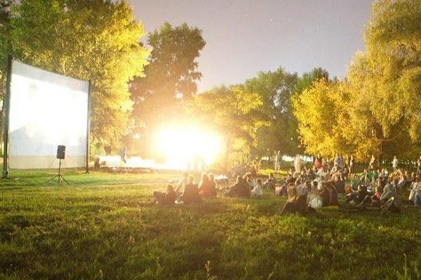 В Соломенском парке показывают кино под открытым небом
