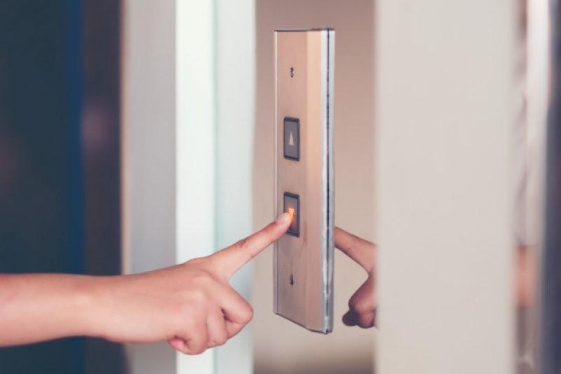 В Деснянском районе отремонтируют 20% лифтов