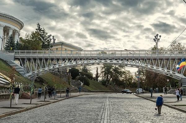 Завершен ремонт пешеходного моста на Аллее Героев Небесной сотни