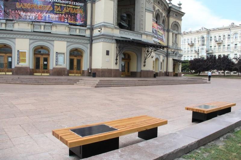Возле Национальной оперы установили лавочки с солнечными батареями