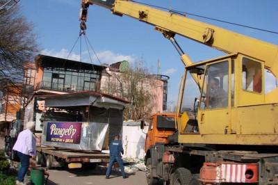 В апреле коммунальщики демонтировали 106 незаконных конструкций